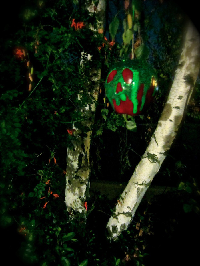ein giftiger Apfel als Halloween Deko selber machen und am Baum hängen