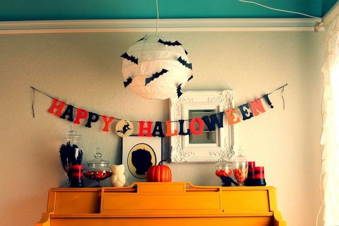 eine schöne Halloween Deko selber machen mit kleinen Fledermäuse und Lichterkette