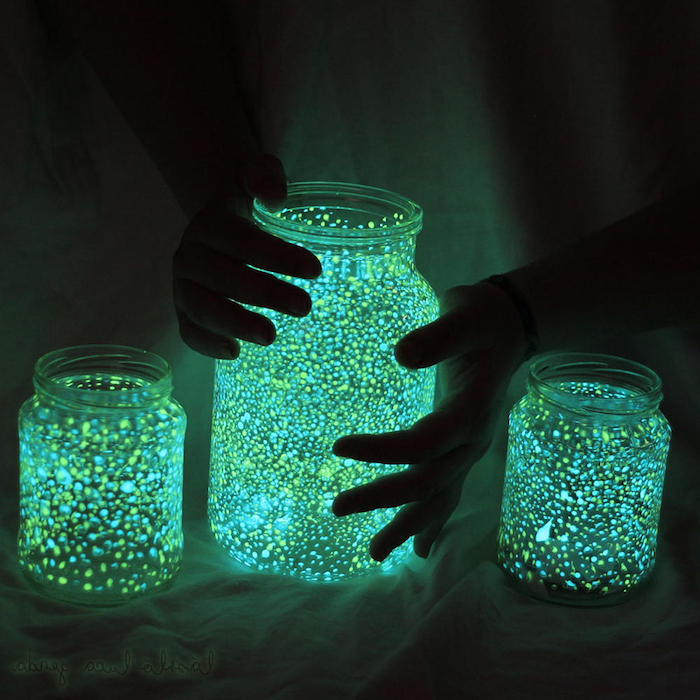 glühende Weckgläser in grüner und in blauer Farbe Halloween Deko selber machen