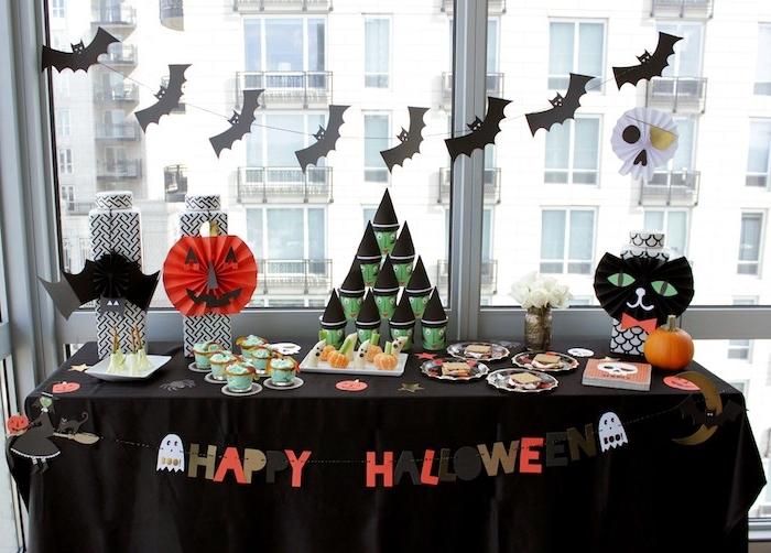 Halloween Deko basteln mit Kindern - eine Kette mit Fledermäusen und andere Symbole