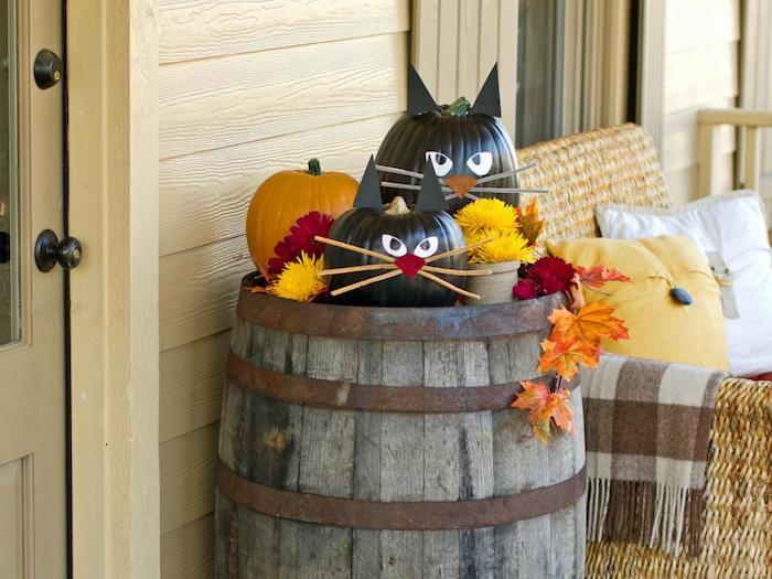 schwarze Katzen aus Kürbissen auf einem Fass - Halloween Deko selber machen