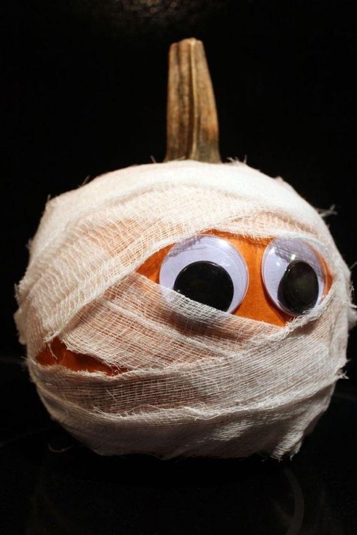 ein kleiner Kürbis wie eine Mumie gestaltet mit Band - Halloween Deko selber machen