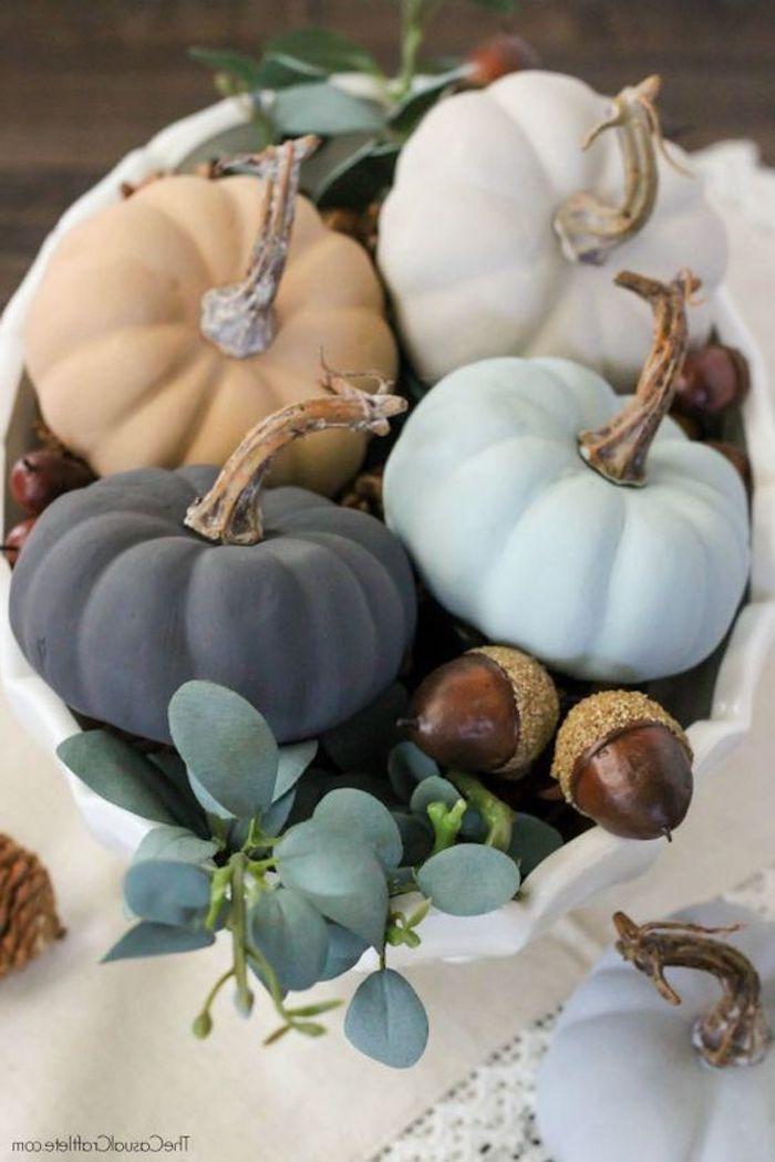 vier kleine Kürbisse in verschiedenen Farben in einem Korb - Halloween basteln