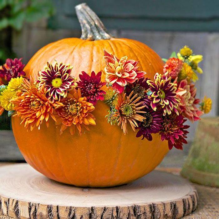 ein Kürbis, perforiert und mit Blumen gestochen - kreativ Halloween basteln