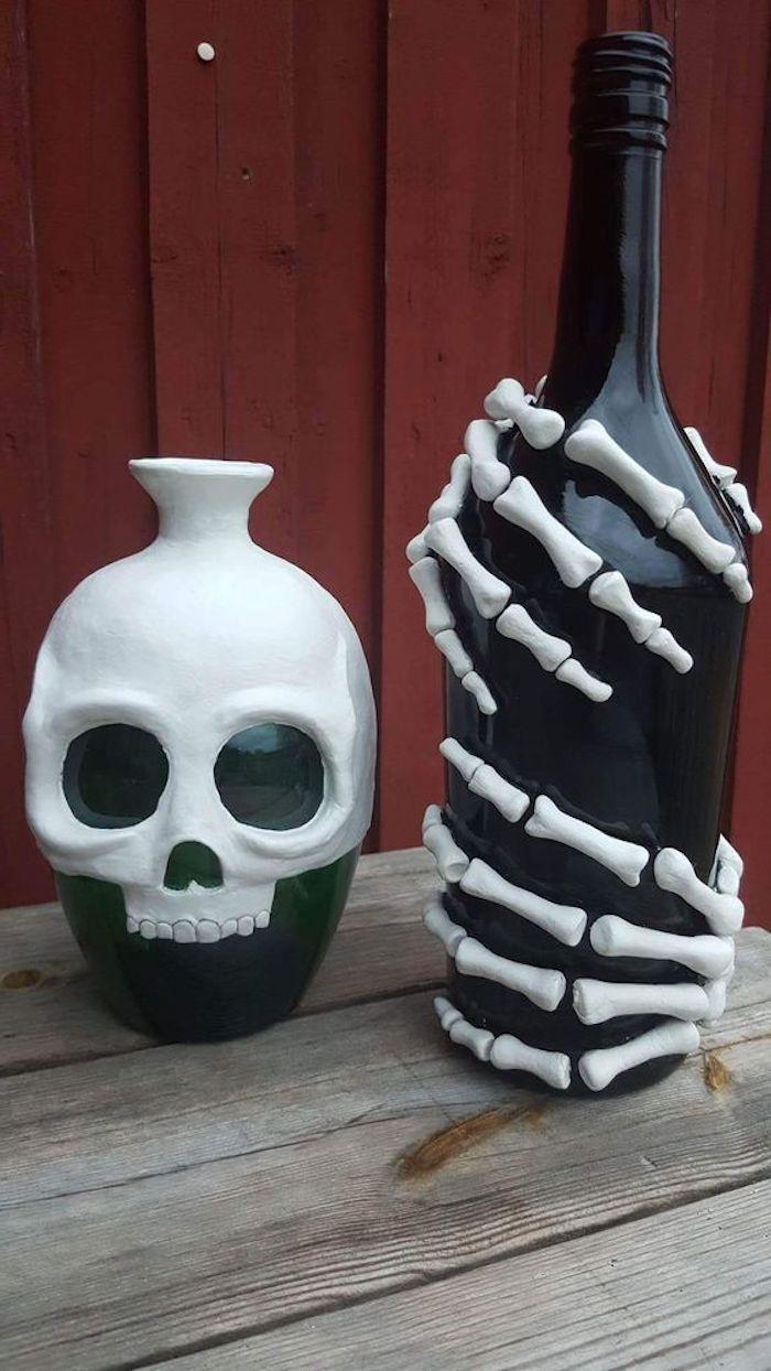 eine Kanne und eine Flasche wie Skelett verziert - gruselig Halloween basteln