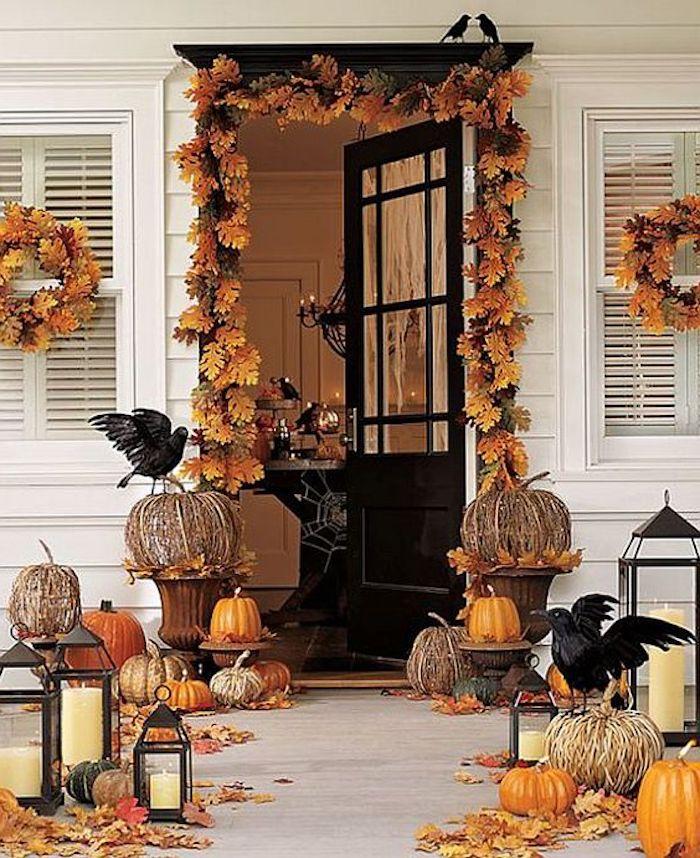 Halloween basteln - eine Dekoration in oranger Farbe - Laub, Kürbisse, Windlichter und Rauben