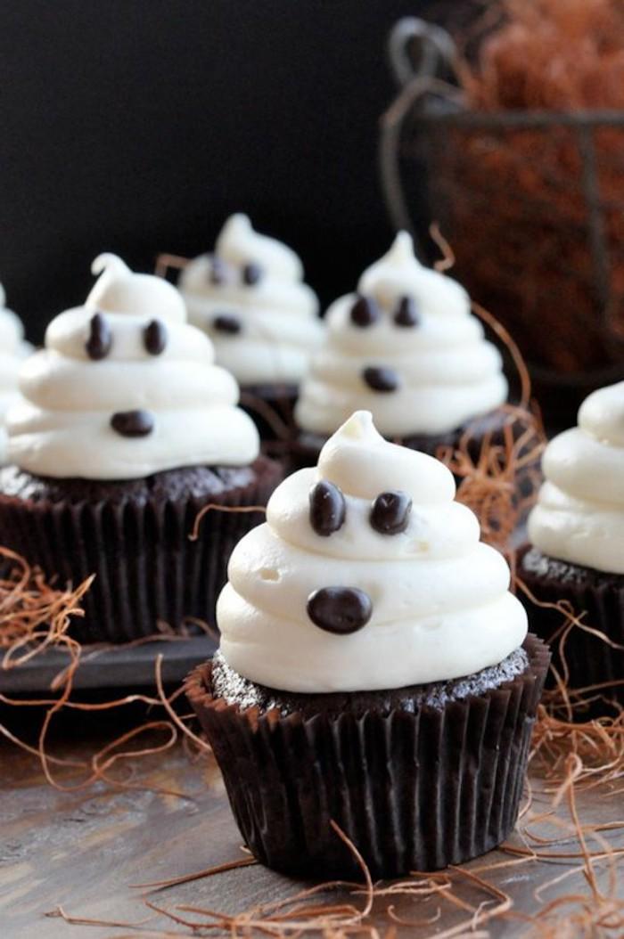 rezepte für halloween, cupcakes-gespenster mit augen aus schokolade