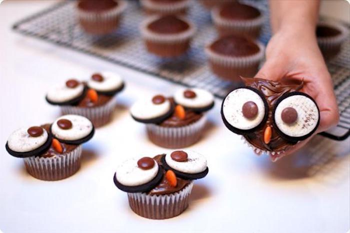 rezepte für halloween, eulen aus muffins mit augen aus oreo-keksen
