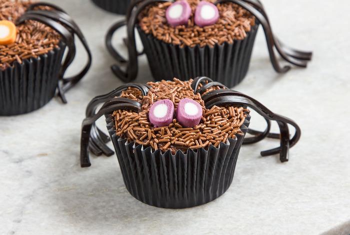 rezepte für halloween, spinnen aus cupcakes mit beinen aus schokolade