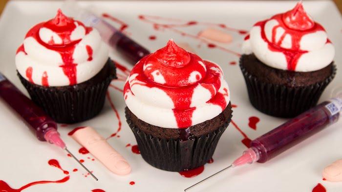 rezepte für halloween, cupcakes mit sahne und kirschensirup