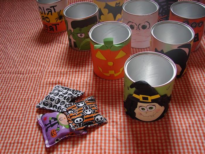 drei kleine Stoffkissen mit Schaumstoff, Kartondosen mit Halloween-Gesichtern