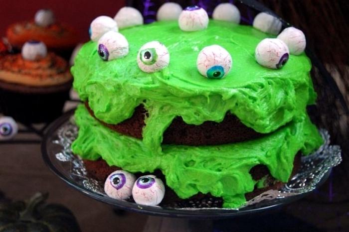 Halloween Kuchen mit Schokolade und grünem Zuckerguss, Monstercake mit künstlichen Augen
