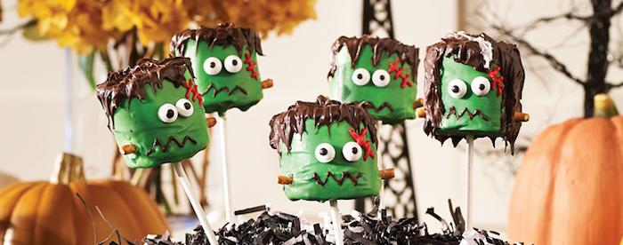 grüne Monster-Schaumzucker mit Schokoladenhaaren und roten Kreuzen