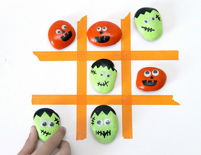 rote und grüne Steine, Dodelschach mit Steinen spielen, orange Linien