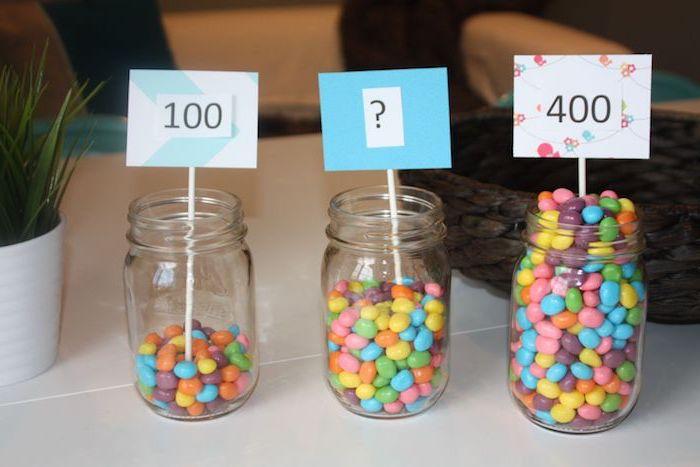drei Einmachgläser mit Süßigkeiten, zwei Tabellen mit Zahlen, eine Tabelle mit Fragezeichen