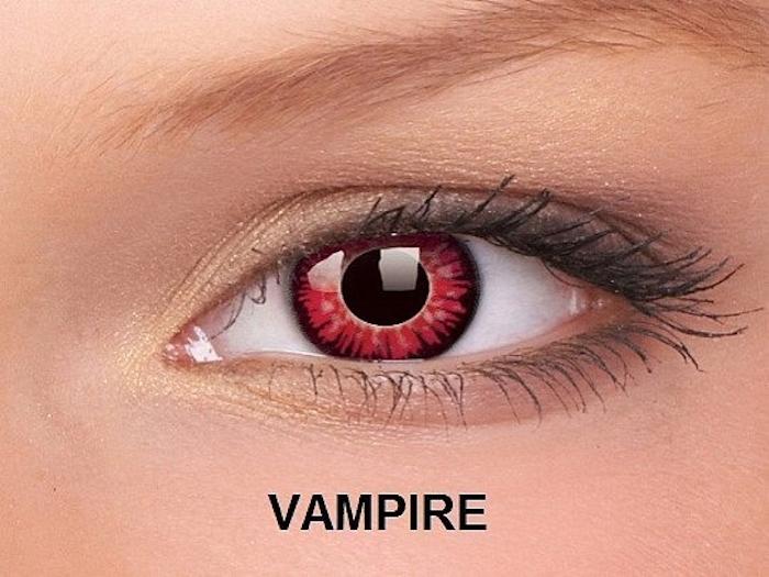 Frau mit roten dämonischen Augen, leichte Schminke, Vampiraugen in Rot