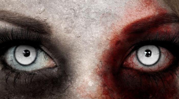 schreckliches Halloween Make Up auf das ganze Gesicht, weiße Irislinsen