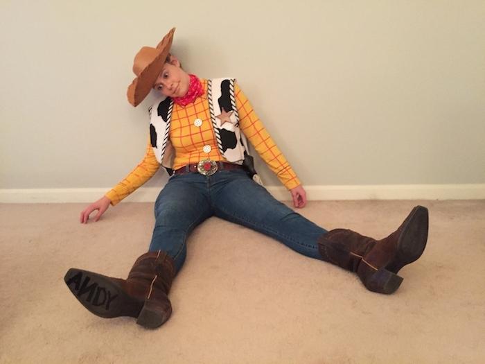 ein Woody Kostüm aus dem Zeichentrickfilm Toy Story - eine gelbe Bluse, schwarz-weiße Jacke und Cowboy Hut
