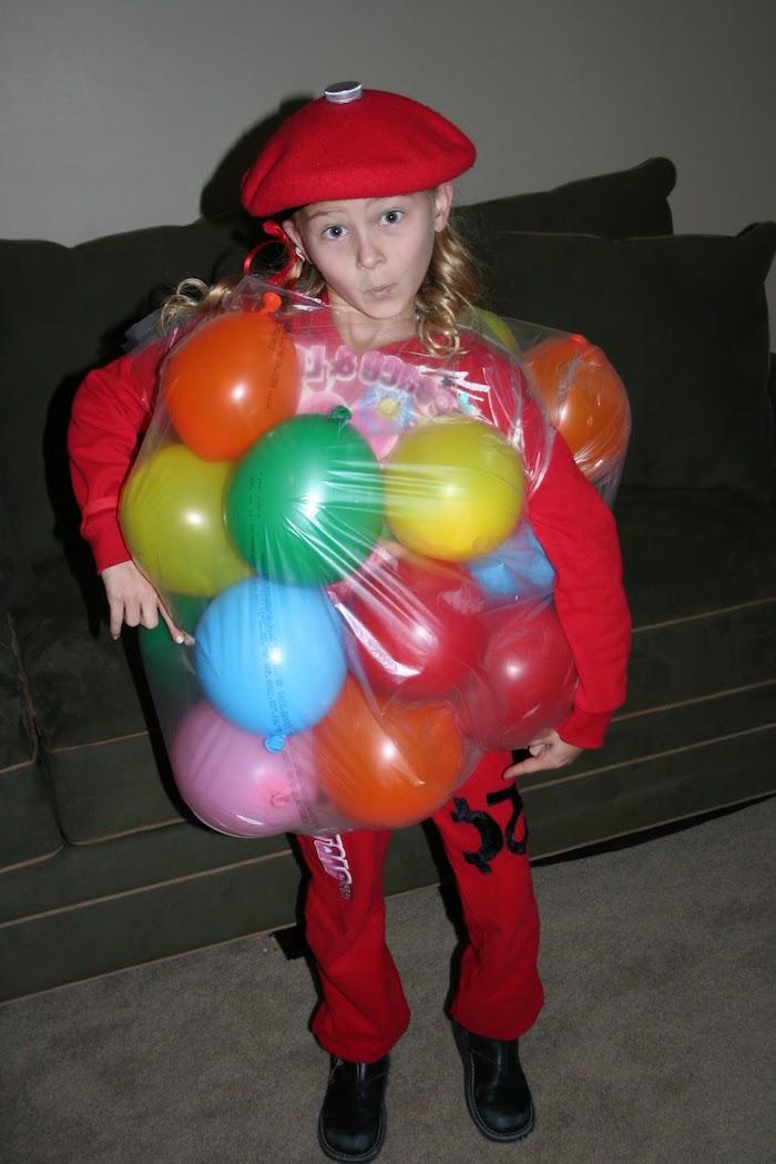 Halloween Kostüme für Kinder - ein Mädchen mit rotem Trainingsanzug und Ballonen, roter Hut