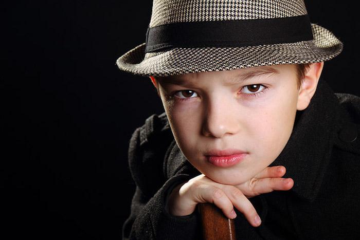 einfache Halloween Kostüme - ein kleiner James Bond mit dem entsprechenden Hut