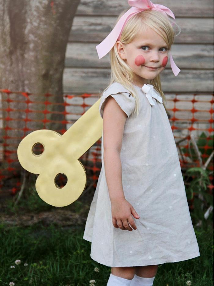 ein Mädchen mit Kostüm von einer vintage Puppe - Halloween Kostüme für Kinder