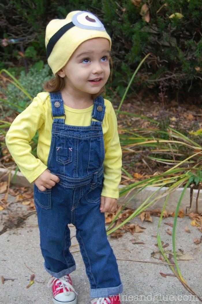 einfache Kostüme für Kinder - ein kleine Minion mit Jeans Overall und gelbe Kapuze