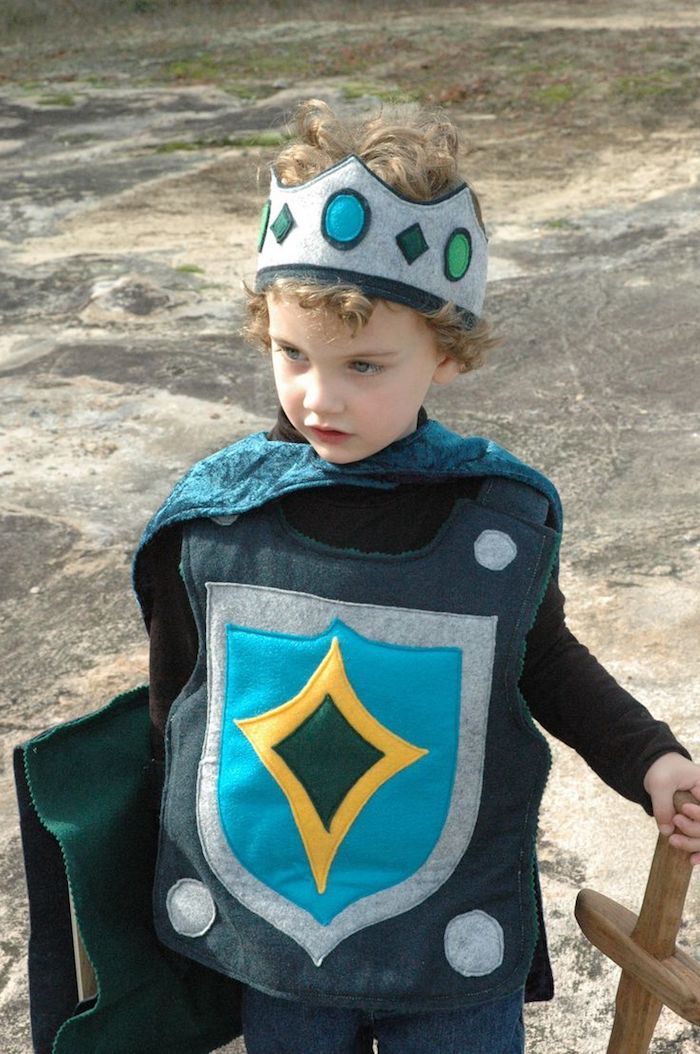 ein kleiner King Arthur mit Krone und Ausrüstung in blauer Farbe - Halloween Kostüme für Kinder