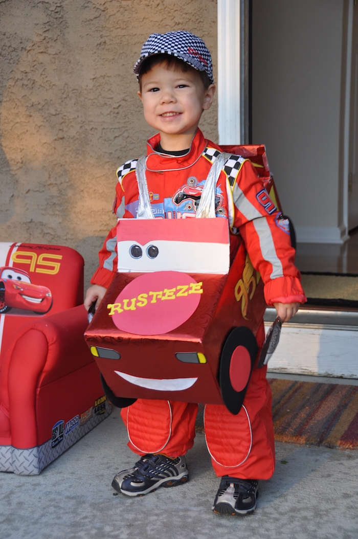 der Kraftwagen aus dem Film die Autos und ein rotes Trainingsanzug - einfaches Kostüm