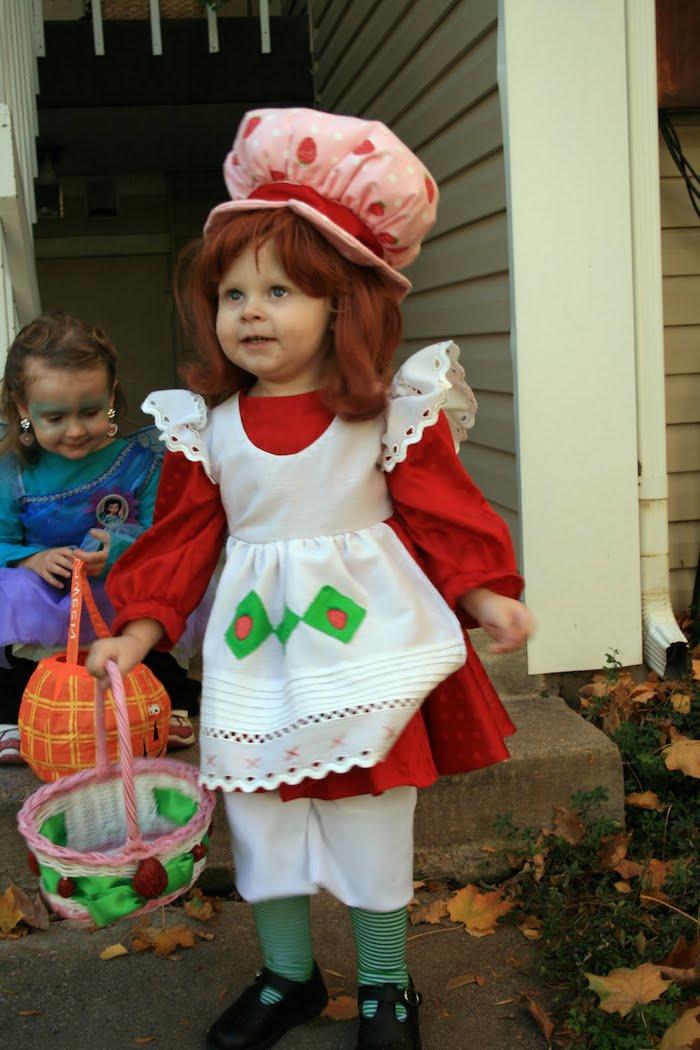 ein kleines Mädchen wie Emily Erdbeer gekleidet - Halloween Kostüme für Kinder