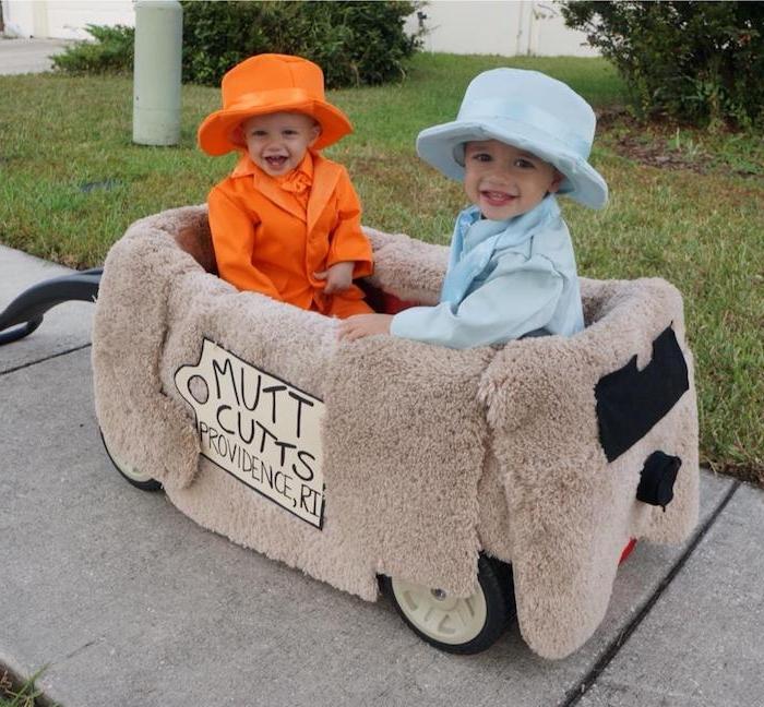 zwei Jungen, einer mit orangen Kostüm und einer mit blauem - Halloween Kostüme für Kinder