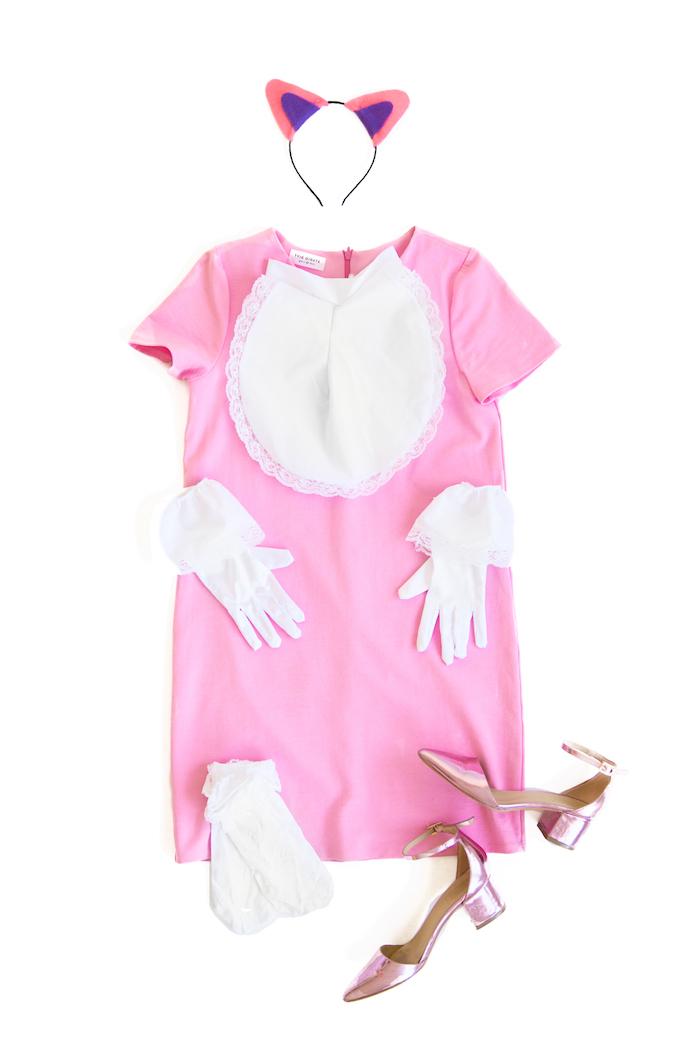 ein Katzenkostüm in rosa Farbe aus einem rosa Kleid, weiße Handschuhe und Socken