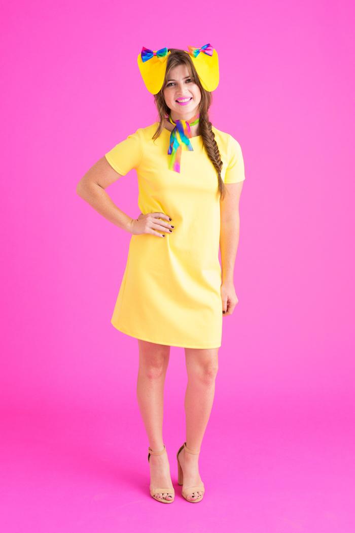 rosa Hintergrund, gelbes Kleid und gelbe Ohren - schnelles Halloween Kostüm selber machen