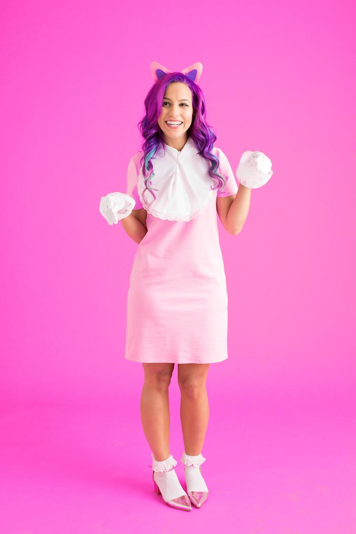 ein rosa Kleid und lila Haar Katzen Kostüm mit weißen Handschuhe und weißen Socken - schnelles Kostüm selber machen