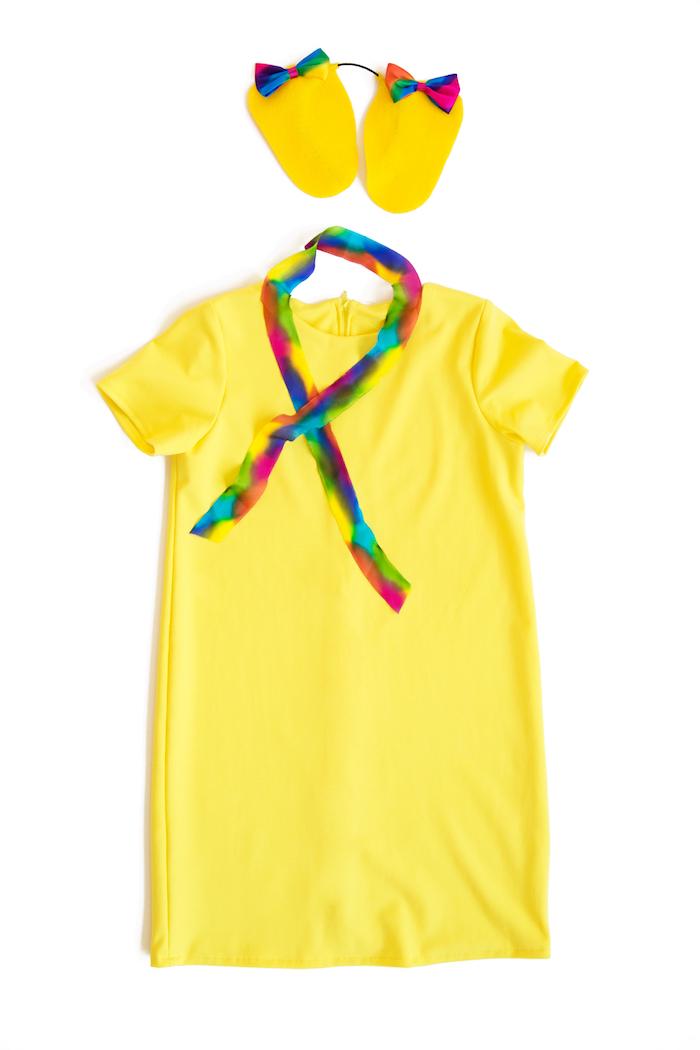 schnelles Halloween Kostüm selber machen aus einem gelben Kleid und kleine Ohren