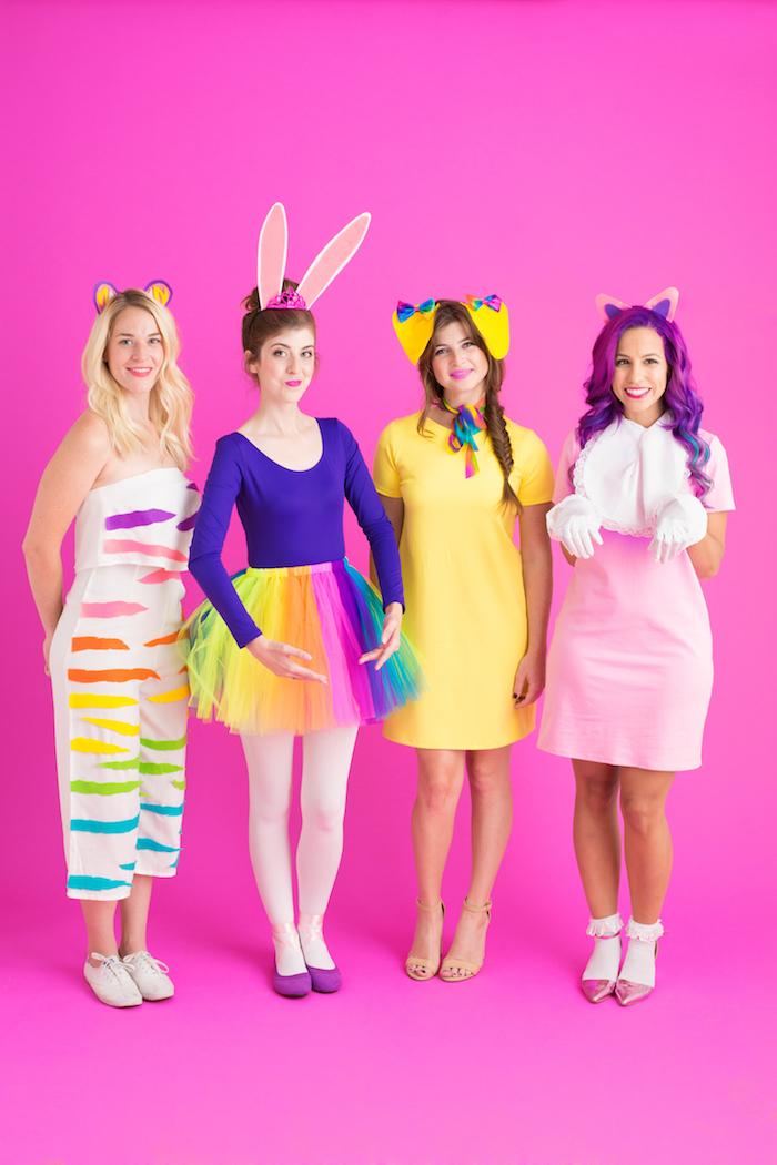 vier Mädchen wie Hase, Katze und Hand mit bunten Kleider - schnelles Halloween Kostüm selber machen