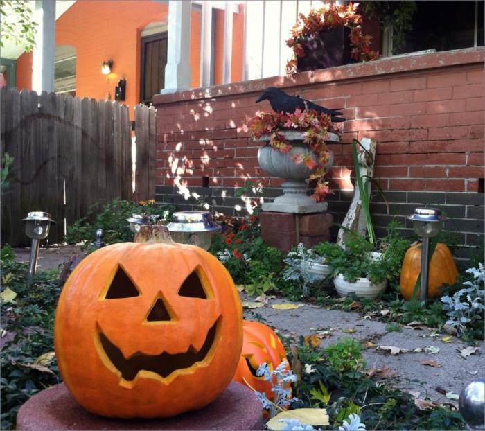 Kürbisgesichter im Hof mit Halloween Dekoration, der Herbst kommt