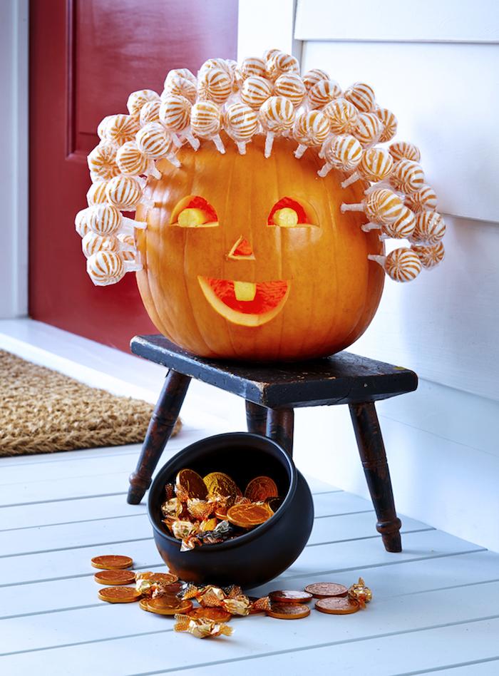 ein Kürbis schnitzen mit Haar aus Lutscher wie eine alte Frau die Süßigkeiten verteilt