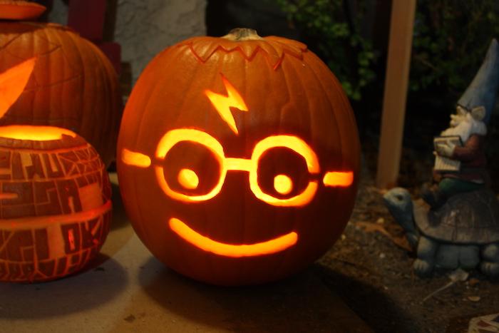 ein Harry Potter Kürbis schnitzen mit der typischen Brille und einer Narbe