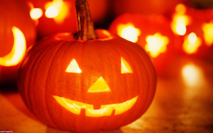 ein kleiner Kürbis mit Dreiecken für Augen und Nase - eine traditionelle Form - Halloween Bilder
