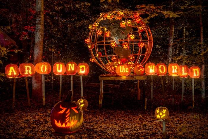 eine originelle Halloween Deko Idee mit Kürbissen die über die Welt sagen und ein Globus