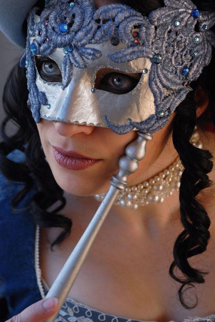 eine graue Maske von Adligen mit dem passenden Kleid und Schmuckstück - coole Masken