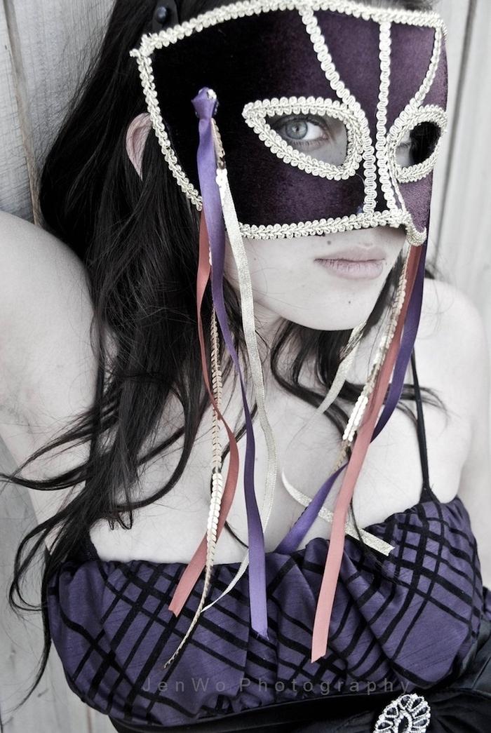 eine lila Maske mit silbernen Dekorationen und lila Kleid - coole Masken für Frauen
