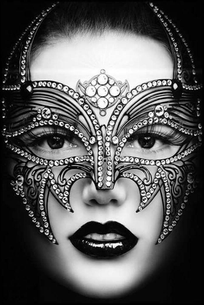 eine Maske mit Pailletten wie ein Schmetterling - coole Masken für Frauen