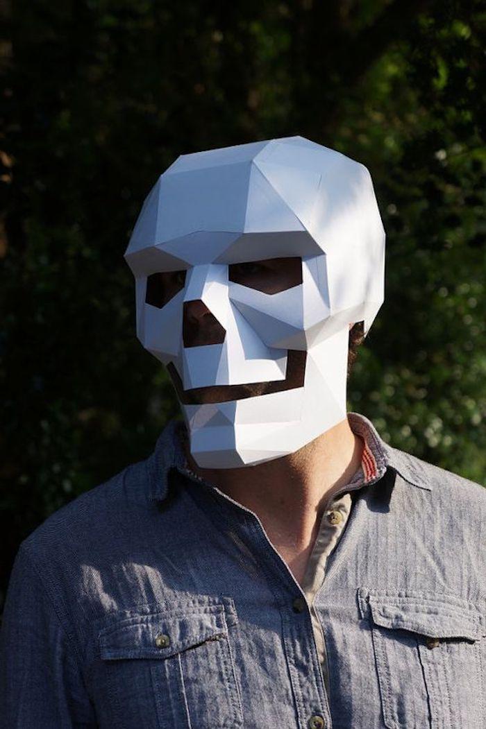 ein weißer Schädel aus Papier - Maske basteln für Männer ganz gruselig
