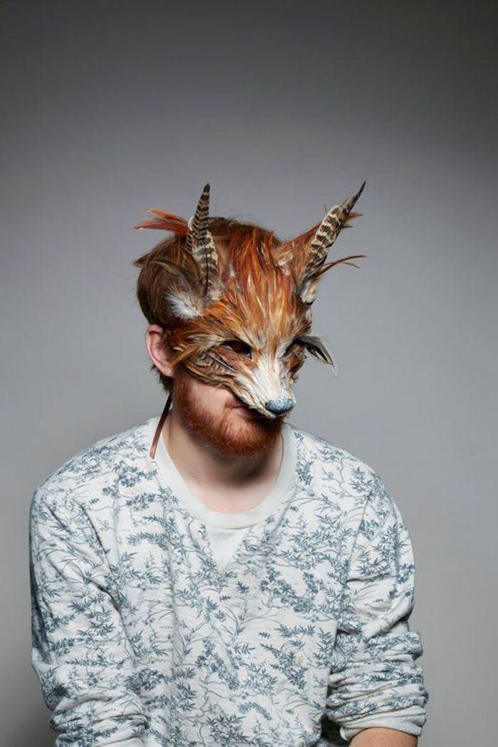 eine Maske von Fuchs passt zu dem roten Haar dieses Mannes - coole Masken