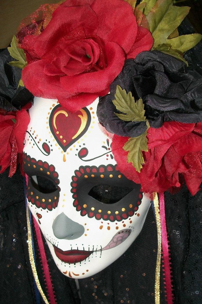 eine Todesmaske mit roten und schwarzen Blumen - gruselige Halloween Maske