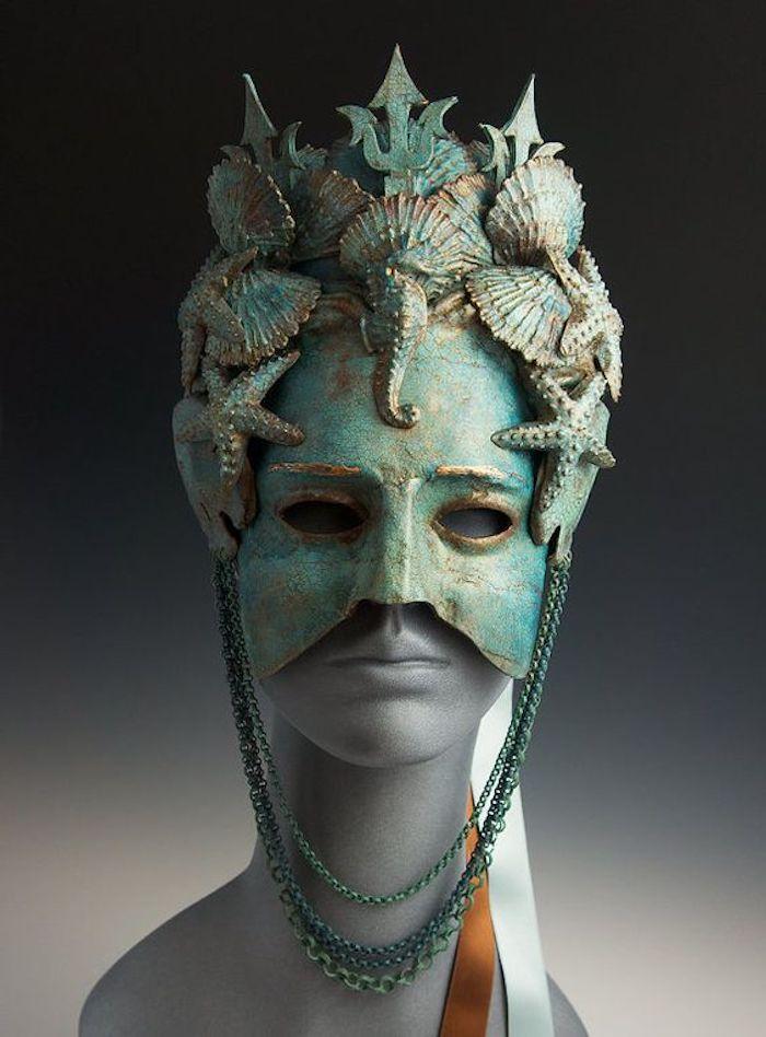 gruselige Masken von der Königin des Meeres mit Muscheln und Seepferde beschmückt
