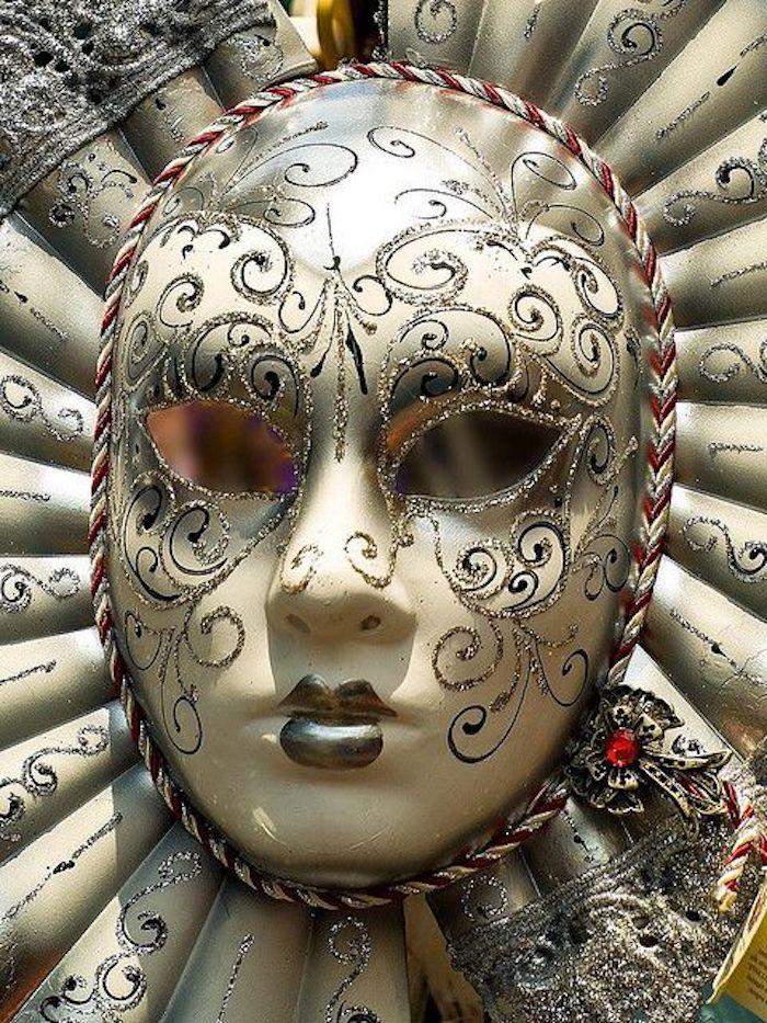 goldene Halloween Maske wie die Sonne mit reichen Ornamente - Maske basteln