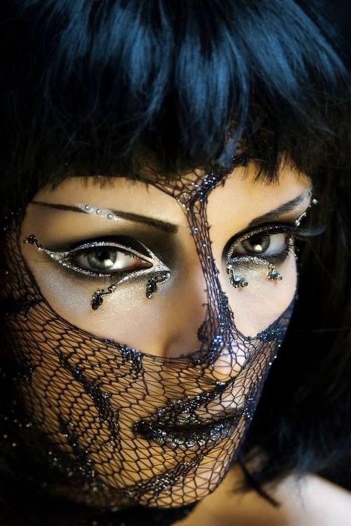 Schwarze Spitze als Netz, geschminkte Augen und schwarze Perücke - coole Masken