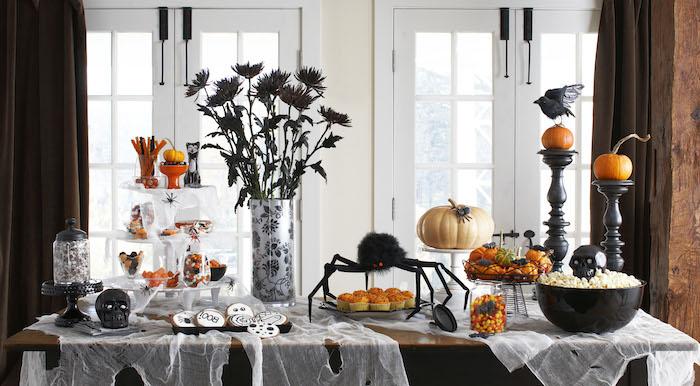 großer Esstisch aus Holz mit wunderbarer Party-Deko mit Halloween-Motiven